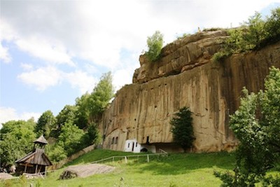 Ansamblul-Monastic-Rupestru-Corbii-de-Piatra-foto-mare